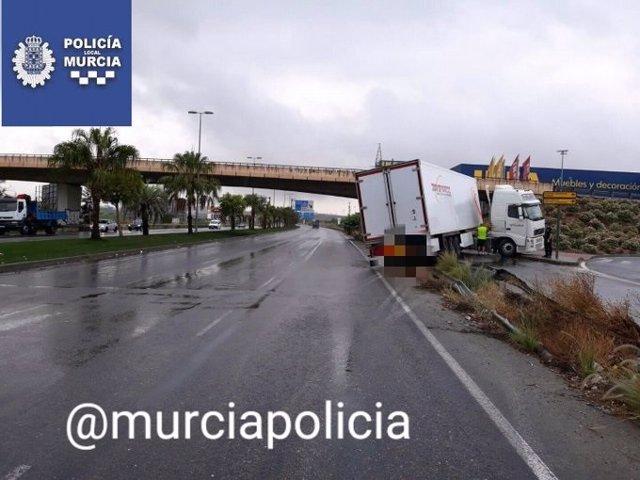 Salida de la vía de un trailer en la ciudad de Murcia a consecuencia de la lluvia