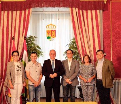 Ceniceros firma convenios de municipios de más de 2.000 habitantes con los alcaldes de Aldeanueva, Lardero y Navarrete