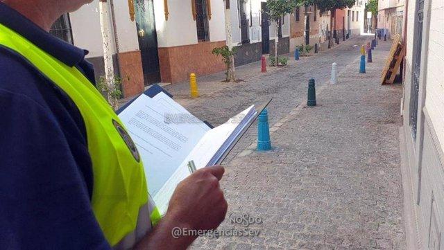 Agente de la Policía Local de Sevilla durante la operación Llave sobre inspección de alojamientos turísticos