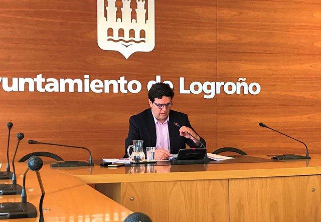 El portavoz del Ayuntamiento de Logroño, Kilian Cruz-Dunne, durante la rueda de prensa esta mañana