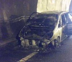Tallada la C-25 a Sant Hilari Sacalm (Girona) per l'incendi d'un vehicle (BOMBERS DE LA GENERALITAT)