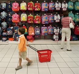 Una media de 1.993 euros por hijo durante el próximo curso escolar, según la OCU