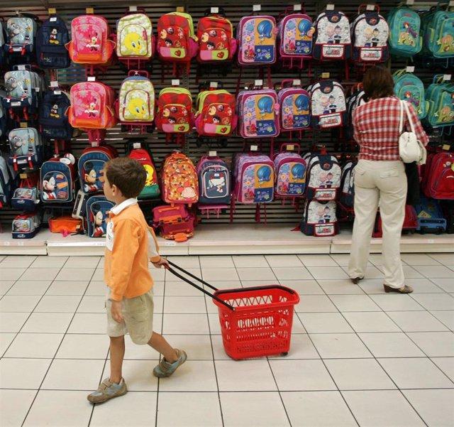 El coste del próximo curso escolar será de 1.993 euros de media por hijo, según la OCU.