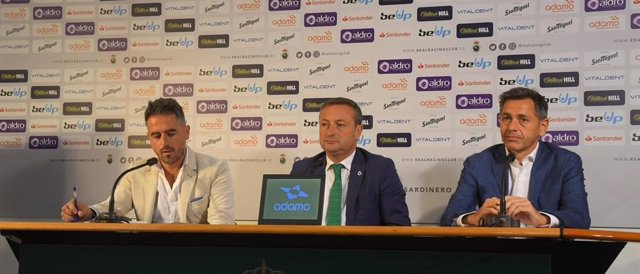 El presidente del Racing, Alfredo Pérez, en rueda de prensa junto al director del club y el responsable de marketing