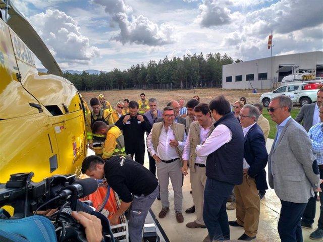 Fernández Mañueco revisa uno de los helicópteros del dispositivo de extinción de incendios de la Junta.