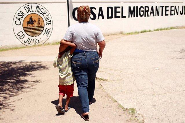 Denia Carranza y su hijo esperando para ser repatriados a Honduras