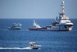 L'Open Arms es podria enfrontar a una multa de fins a 901.000 euros per haver reprès els rescats al Mediterrani (Friedrich Bungert/SeaWatch/dpa)
