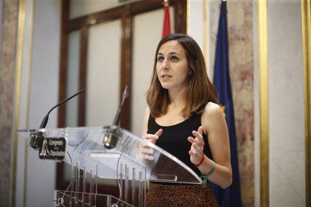 La portaveu adjunta d'Unides Podem, Ione Belarra, ofereix declaracions als mitjans de comunicació al Congrés dels Diputats després de la primera votació fallida a la investidura del candidat socialista a la presidència del Govern.