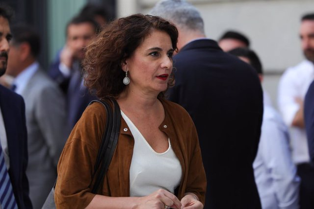 La ministra d'Hisenda en funcions, María Jesús Montero, arriba al Congrés els Diputats hores prèvies a la segona votació per a la investidura del candidat socialista a la Presidència del Govern.