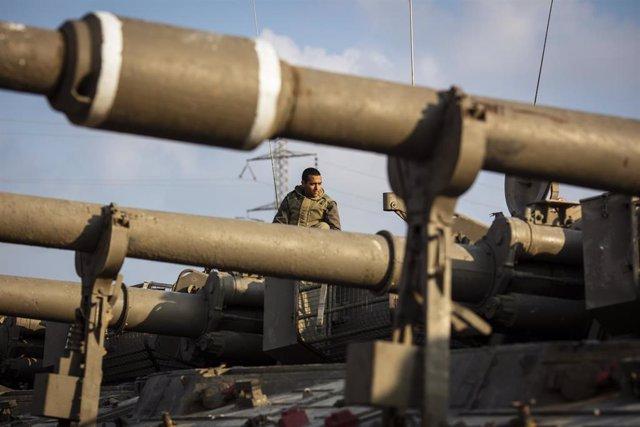 Un soldado israelí en la frontera con Gaza