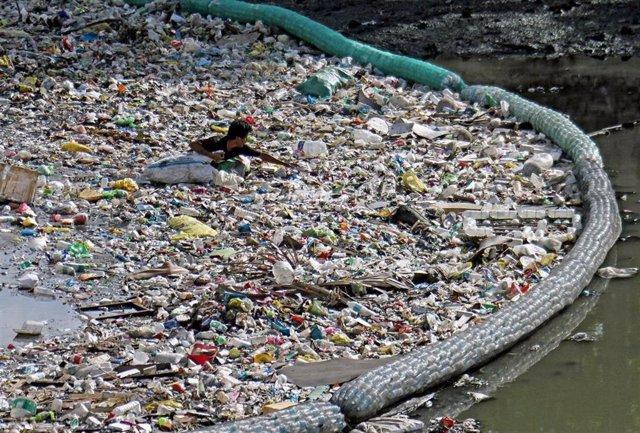 Botellas de plástico en un río
