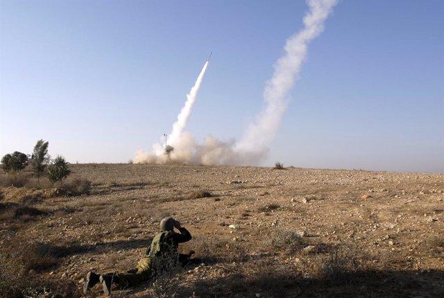 Solddado Israelí en el lanzamiento de un proyectil
