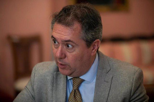 El alcalde de Sevilla, el socialista Juan Espadas, durante la entrevista con Europa Press