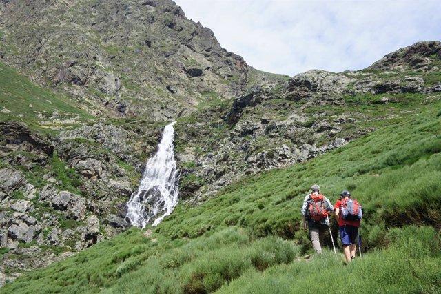 Excursionistas en el Parc Natural de l'Alt Pirineu