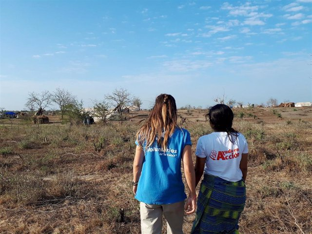 Empleados de la Caixa colaborando en proyectos de cooperación internacional.
