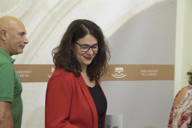 La diputada de Podemos-Equo, Raquel Romero Alonso, durante la firma del acuerdo de gobernabilidad entre PSOE, Podemos-Equo e Izquierda Unida, en el Parlamento de La Rioja, junto a Joaquín Giró, de Equo.