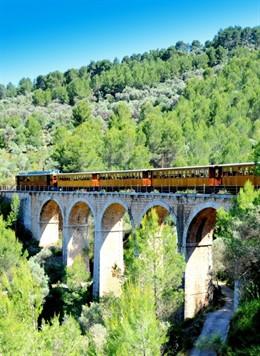 Tren de Sóller sobre un puente