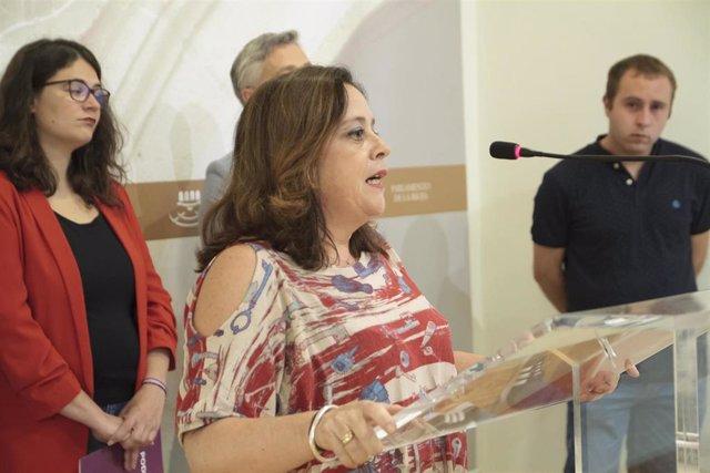 La diputada de IU, Henar Moreno Martínez, durante su intervención en la rueda de prensa tras la firma del acuerdo de gobernabilidad entre PSOE, Podemos-Equo e Izquierda Unida, en el Parlamento de La Rioja. Detrás, la diputada de Podemos, Raquel Romero.