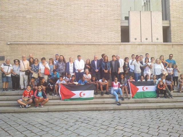 Los niños saharauis y las familias de acogida que participan en el programa 'Vacaciones en paz' este jueves en las Cortes de Aragón.