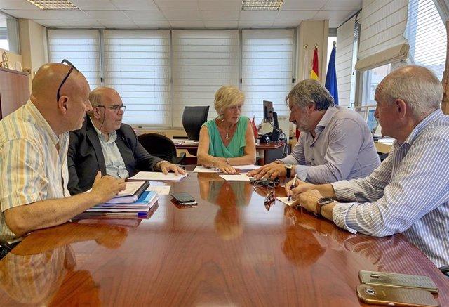 La consejera de Educación, Formación Profesional y Turismo, Marina Lombó, se reúne con el alcalde de Valderredible, Fernando Fernández