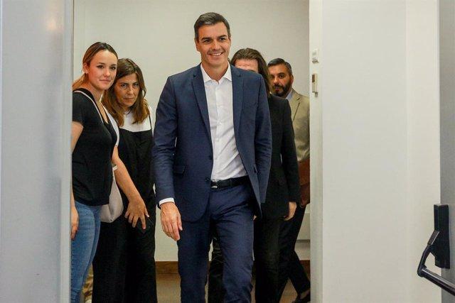 El secretario general del Partido Socialista y presidente del Gobierno en funciones, Pedro Sánchez, llega a una reunión con representantes de diversos sectores culturales en la Sede de la Sociedad de Artistas, Intérpretes o Ejecutantes de España (IAE).