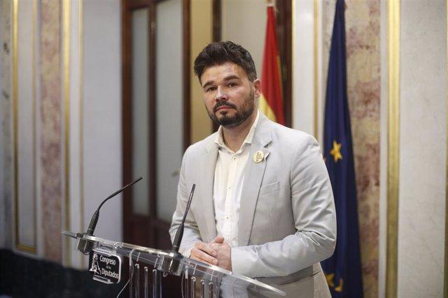 El portaveu d'ERC al Congrés dels Diputats, Gabrel Rufián, en roda de premsa després de la segona votació per a la investidura del candidat socialista a la Presidncia del Govern, la qual ha resultat fallida.