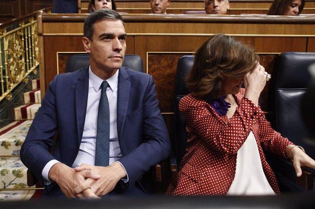 El president i la vicepresidenta del Govern en funcions Pedro Sánchez i Carmen Calvo, asseguts en el seu escó al Congrés dels Diputats abans de la segona votació per a la investidura del candidat socialista a la Presidència del Govern i despu