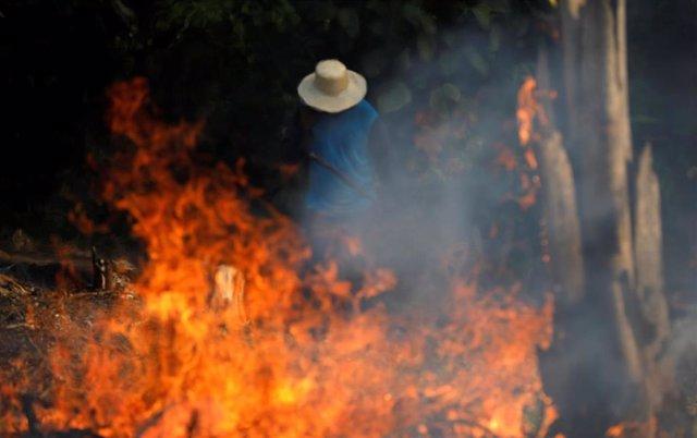 Un hombre trabaja en el gran incendio en la jungla del Amazonas
