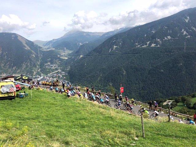 Corredors de la Volta a Espanya en el coll de Beixalís durant l'etapa andorrana de 2018