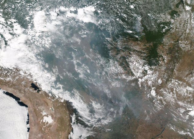 El humo de los incendios se extiende por el interior sudamericano