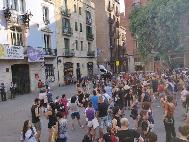 Unes 200 persones protesten contra les agressions sexuals a les festes de Grcia