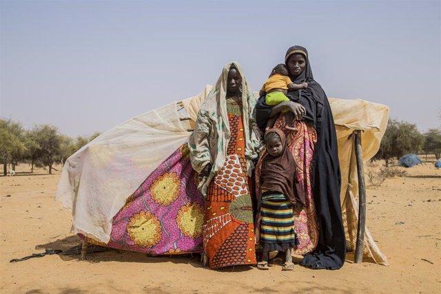 Una familia desplazada por la violencia en Malí