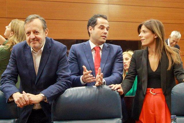 Imagen de archivo del consejero de Políticas Social: Alberto Reyero, el vicepresidente regional, Ignacio Aguado y la diputada de la formación naranja Ana Isabel García García,