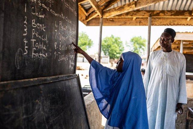 Una niña en una escuela en Nigeria