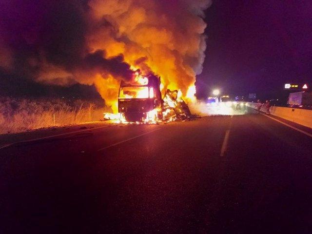 Camión incendiado en la A-7 en l'Alcúdia