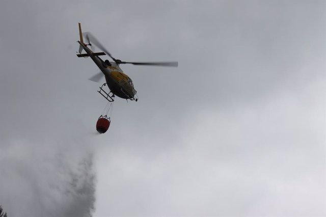 Un helicòpter de l'Ibanat realitza una descàrrega.