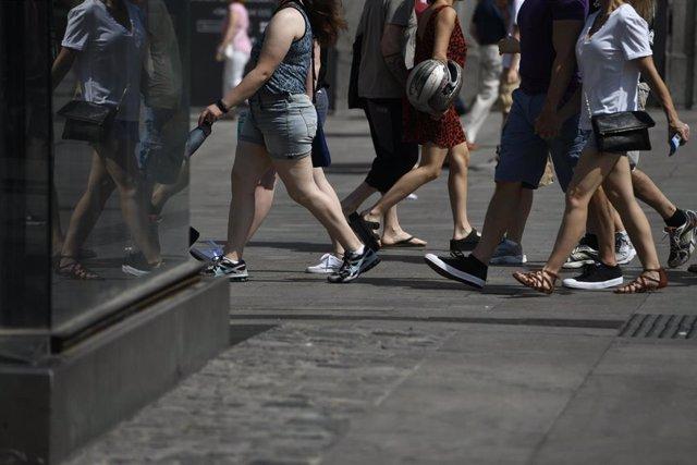 Gente andando por la calle en verano