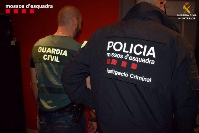 Agente de la Guardia Civil y Mossos d'Esquadra en operación
