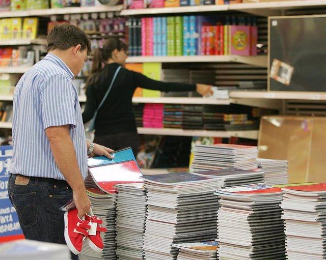 Padres comprando material escolar