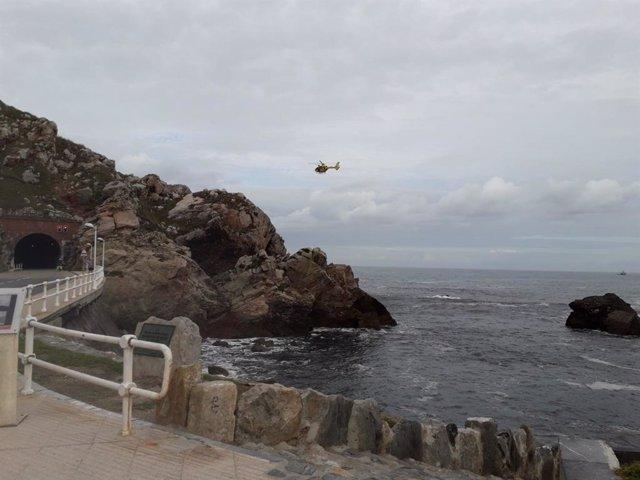 Helicóptero de bomberos rastreando en Castrillón.