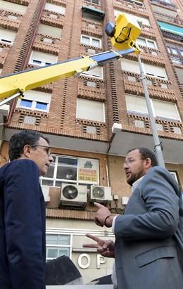 El alcalde de Murcia, José Ballesta, acompañado del concejal de Desarrollo Urbano y Modernización de la Administración, José Guillénen su visita a la Avenida de la Constitución