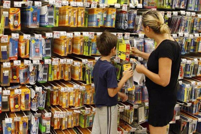 Imagen de archivo de una compra de material escolar.