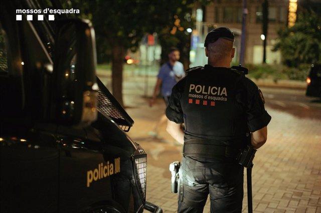 Agent dels Mossos d'Esquadra realitzant tasques de vigilncia a Barcelona.