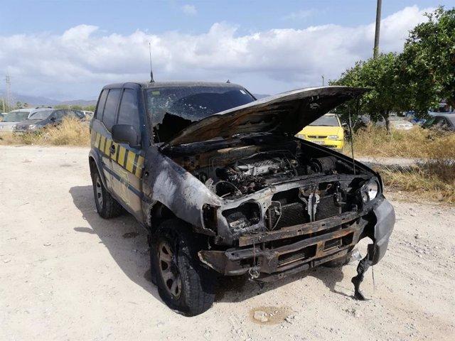 Vehículo incendiado del cuerpo de Agentes de Medio Ambiente (AMA).