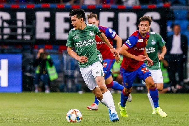 Hirving Lozano jugando con el PSV ante el Basilea