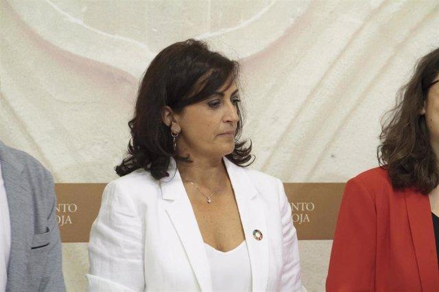La candidata a la presidencia de La Rioja con el PSOE, Concha Andreu,  durante la firma del acuerdo de gobernabilidad entre el PSOE, Podemos-Equo e Izquierda Unida, en el Parlamento de La Rioja.