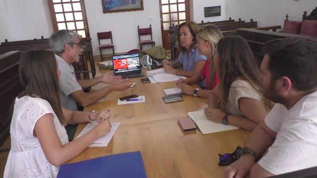 Lucía Trujillo junto con responsables municipales y representantes de la ONGD