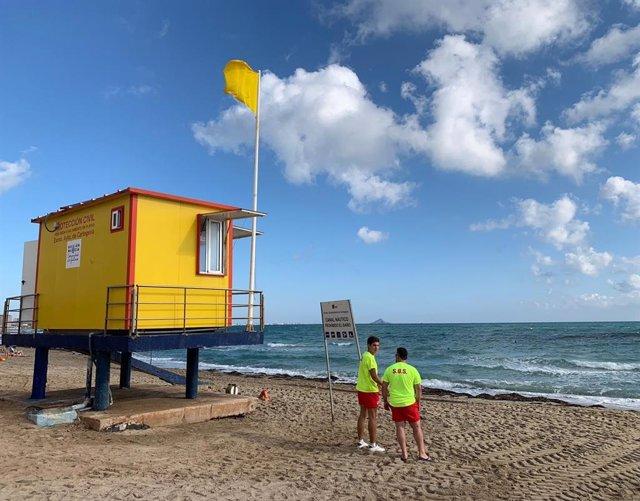 Bandera amarilla playas, verano, socorristas