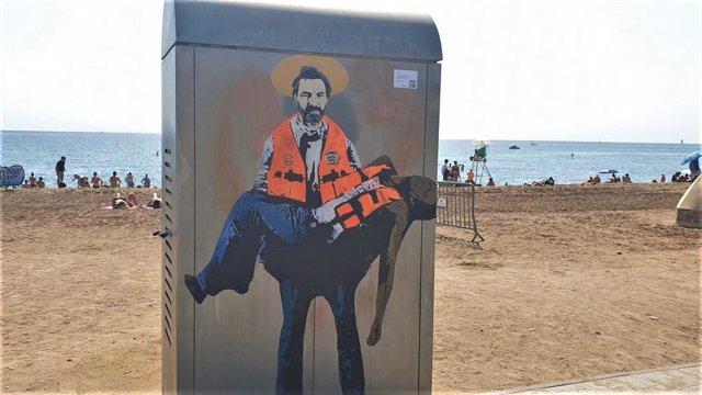 Grafiti de Tvboy que retrata a Oscar Camps com un sant en la Barceloneta