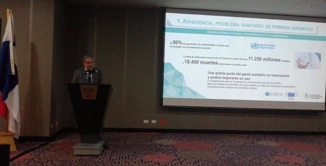 El presidente del Consejo General de Colegios Oficiales de Farmacéuticos de España, Jesús Aguilar, durante su participación en el XVIII Congreso Nacional de Ciencias Farmacéuticas de Panamá